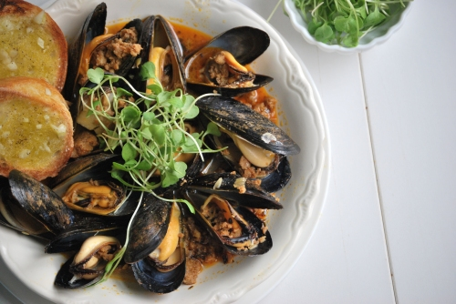 steamed mussels with chorizo, see more at http://homemaderecipes.com/quick-easy-meals/10-easy-recipes-for-dinner/